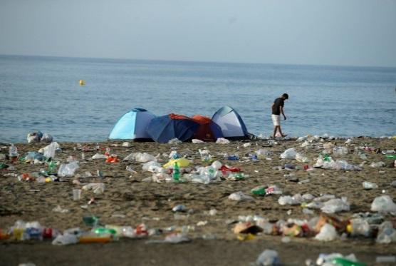 Medio Ambiente: Esta es la basura que con toda probabilidad encontrarás en  la playa este verano | Público