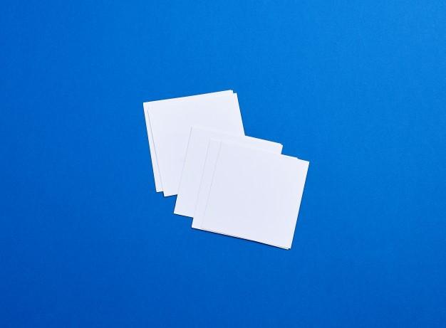 Pequeñas hojas de papel cuadradas blancas vacías Foto Premium