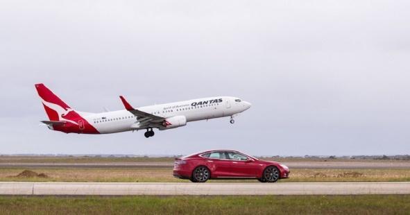 Tesla Model S vs Un avión, ¿quién corre más?